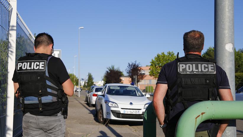 Frankreich: Die Gegend rund um die Firma Air Products in Saint-Quentin-Fallavier nahe Lyon wird von Polizisten kontrolliert.