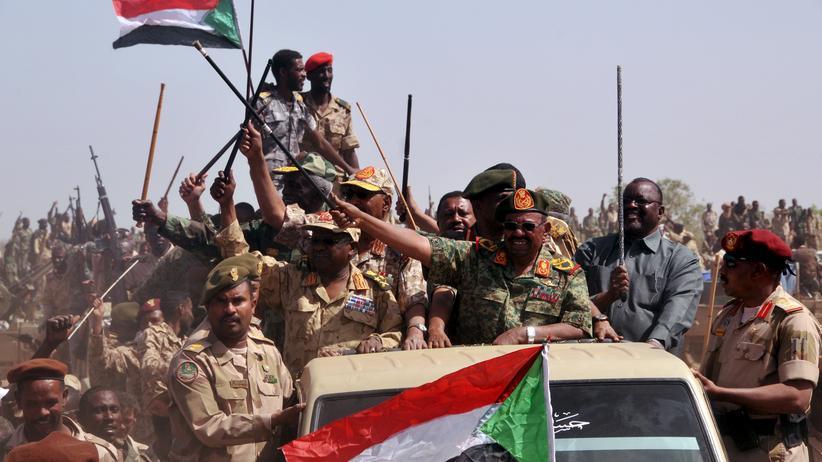 Sudan: Sudans Präsident Omar al-Baschir nach dem Sieg seiner Streitkräfte über Rebellen im Süden Darfurs