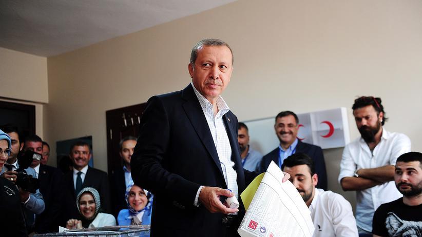 Türkei-Wahl: Recep Tayyip Erdoğan bei der Stimmabgabe