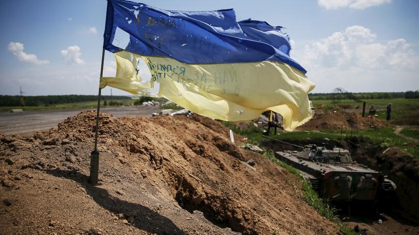 Eine ukrainische Fahne nahe der Stadt Maryinka in der Ost-Ukraine
