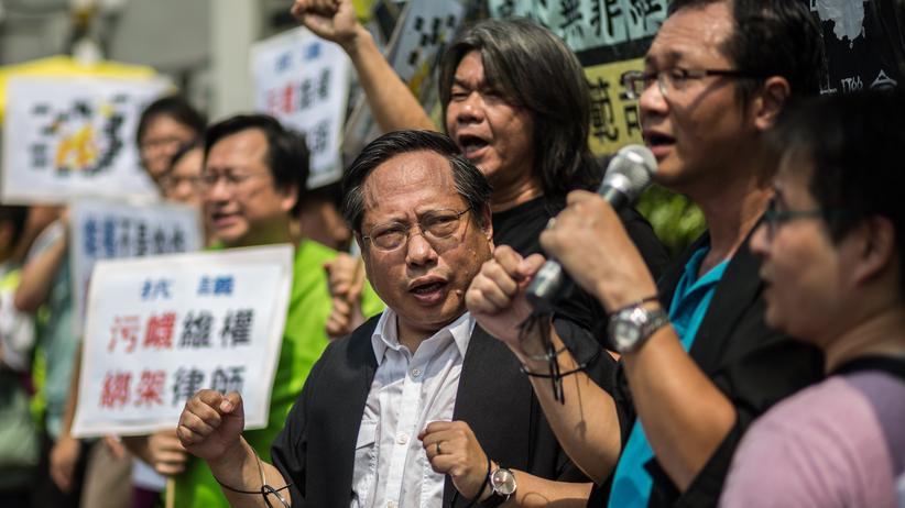 China: Albert Ho (m.), Mitglied der Demokratischen Partei Hongkongs, während einer Demonstration für die Freilassung der verhafteten Anwälte