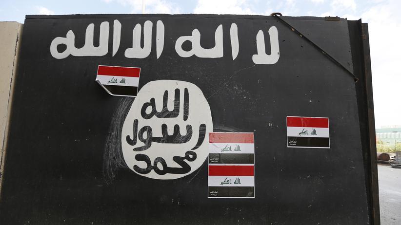 """Die Flagge des """"Islamischen Staates"""" an einer Mauer im Irak"""