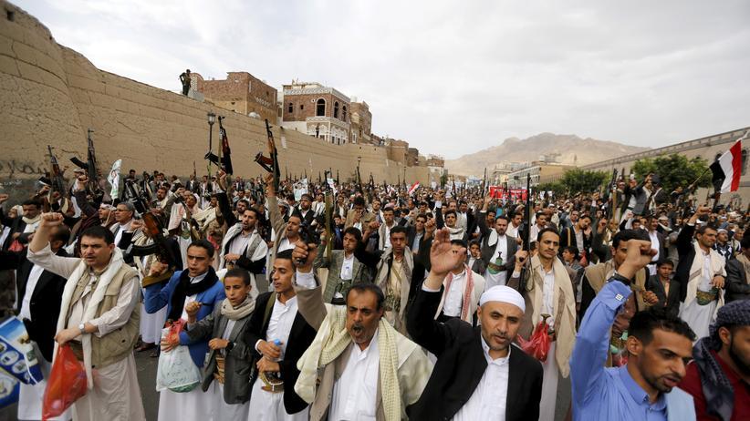 Jemen: Huthi-Rebellen demonstrieren gegen die von Saudi-Arabien geführte Militärkoalition in Jemens Hauptstadt Sanaa.