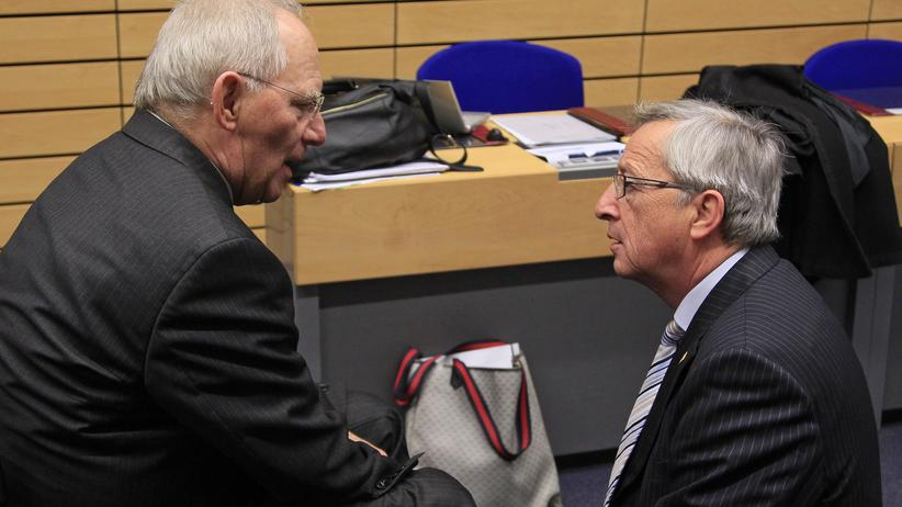 Bundesfinanzminister Wolfgang Schäuble spricht mit EU-Kommissionspräsident Jean-Claude Juncker.
