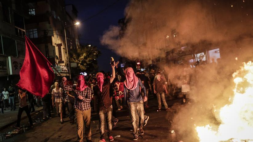Türkische Luftangriffe: Linke Demonstranten protestierten am Freitagabend in Istanbul gegen die türkischen Angriffe auf kurdische Kämpfer.