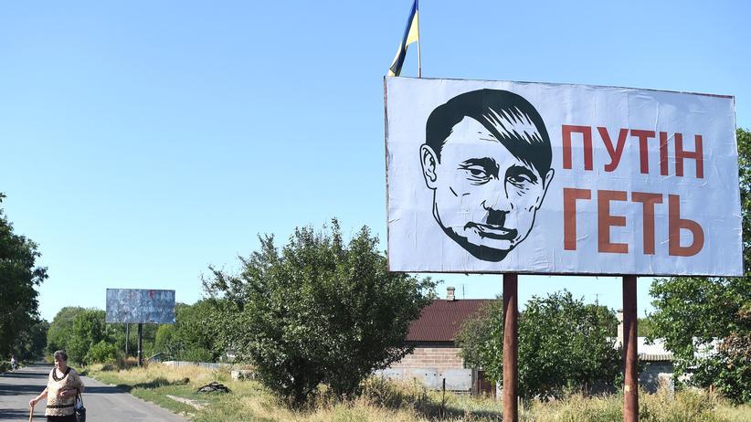 Ukrainekrise: Ein Schild nahe dem ukrainischen Donezk zeigt Wladimir Putin als Adolf Hitler.