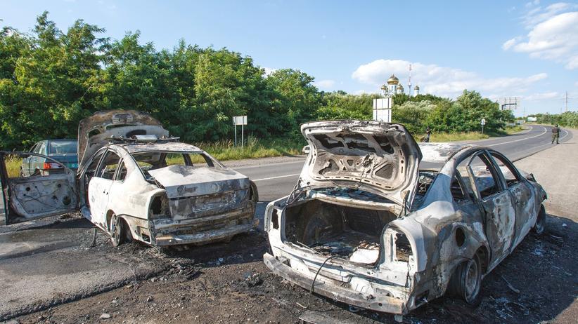 UkraineAusgebrannte Autos nach den Gefechten in Mukatschewe