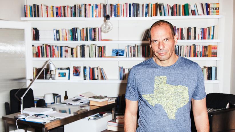 Der ehemalige griechische Finanzminister Yanis Varoufakis in seiner Wohnung
