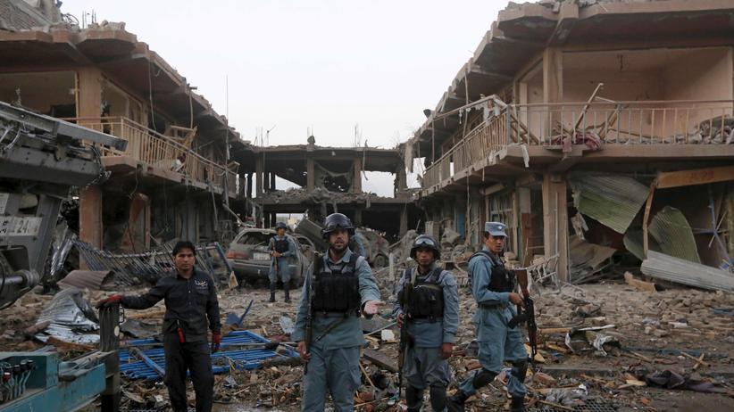 Afghanische Polizisten stehen nach dem LKW-Bombenanschlag in Kabul Wache