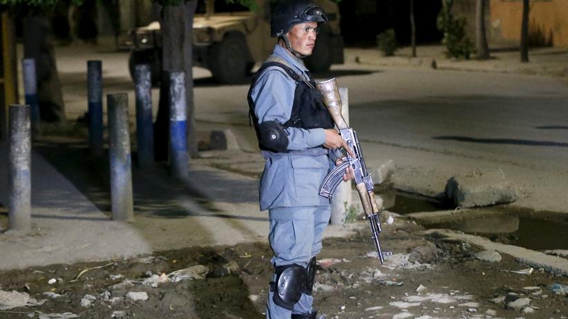Ein Soldat sichert eine Straße nach einem Anschlag in Kabul.