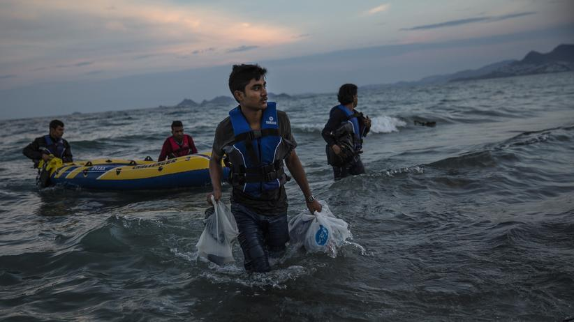 Flüchtlingskrise: Ein Flüchtling aus Pakistan erreicht am 04.06.2015 die Küste von Kos in Griechenland.