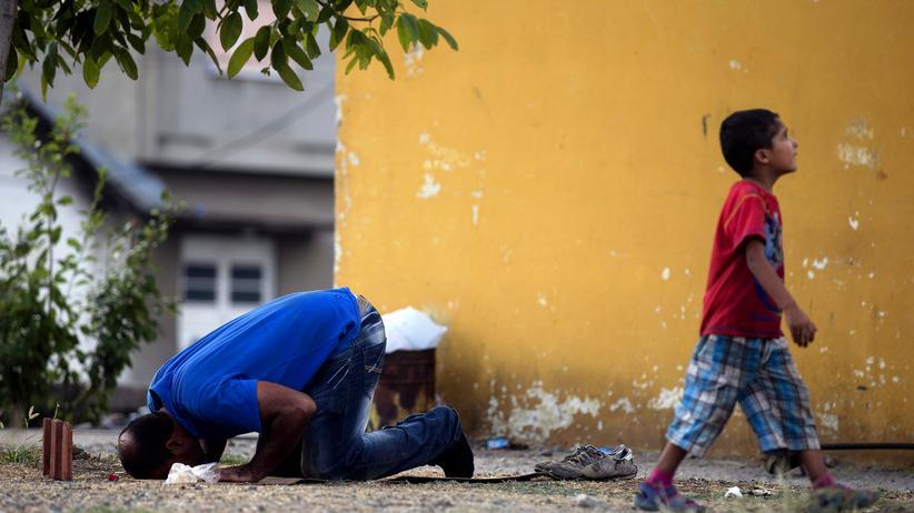 Flüchtlinge: Ein Flüchtling betet in Mazedonien.
