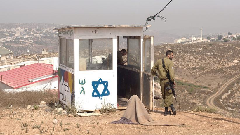 Extremismus: Israelische Soldaten in der Nähe des palästinensischen Dorfes Duma, in dem bei einem Brandanschlag ein 18 Monate altes Kind ums Leben kam