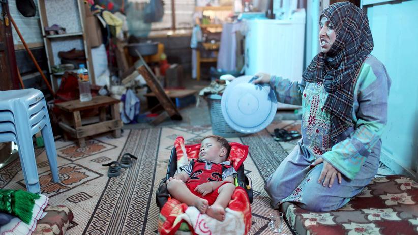 Eine Frau im Gazastreifen versorgt ihr Baby.