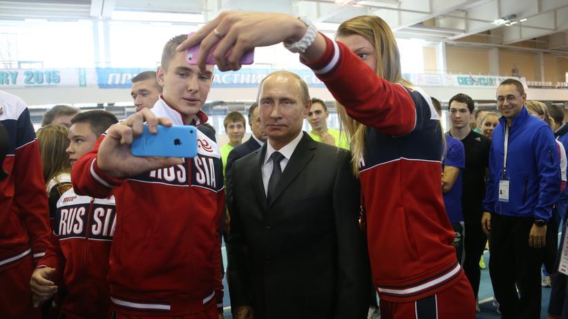 Russland: Russlands Präsident Putin lässt sich von jungen Athleten fotografieren (Archivbild von 2014).