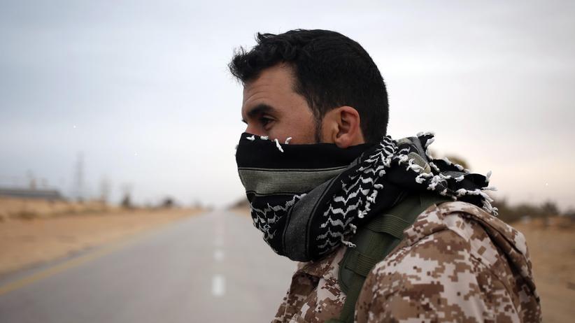 """""""Islamischer Staat"""": Ein libyscher Kämpfer an einem Checkpoint nahe Sirte (Archivbild)"""