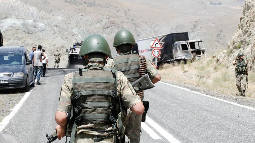 Türkei: Nach einem Anschlag in Kağızman in der Provinz Kars sichern Soldaten eine Straße.