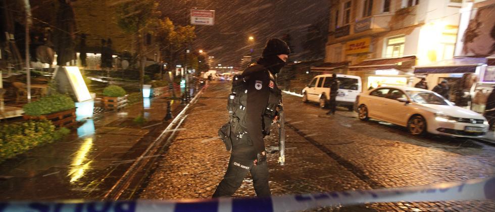 Ein Polizist sperrt eine Straße nach einem Anschlag in Istanbul ab.