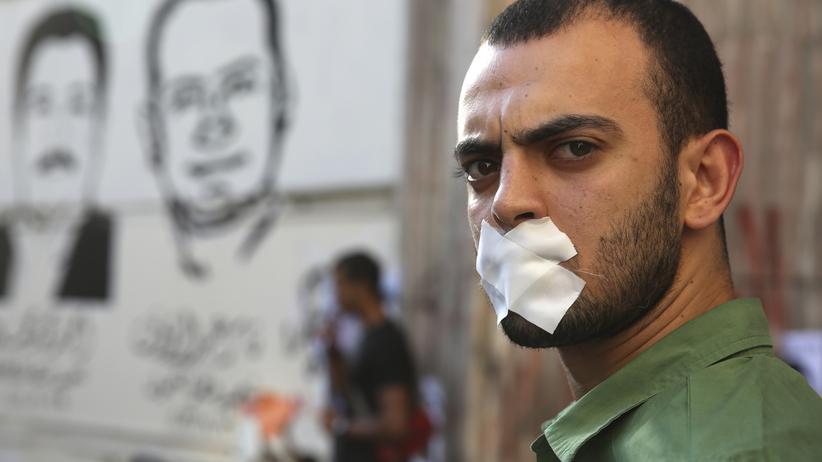 Ägypten: Ein Ägypter demonstriert für die Freilassung zweier Al-Jazeera-Journalisten, denen Kollaboration mit der verbotenen Muslimbruderschaft vorgeworfen wird.