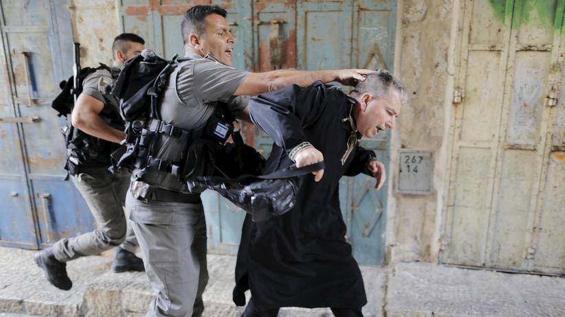 Israel: Israelische Polizisten nehmen einen palästinensischen Demonstranten auf dem Tempelberg in Gewahrsam.