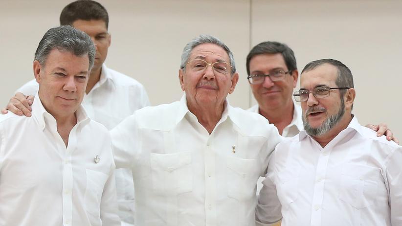 Kolumbien: Kubas Präsident Raul Castro (Mitte), Kolumbiens Präsident Juan Manuel Santos (links) und FARC-Anführer Rodrigo Londono bei den Friedensgesprächen in Havanna, Kuba