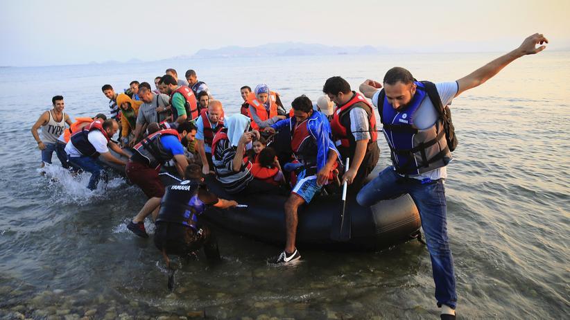Ein Boot mit syrischen Flüchtlingen erreicht die griechische Insel Kos.