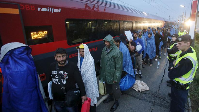 Ungarn: Flüchtlinge kommen am österreichischen Grenzort Nickelsdorf am Bahnhof an.