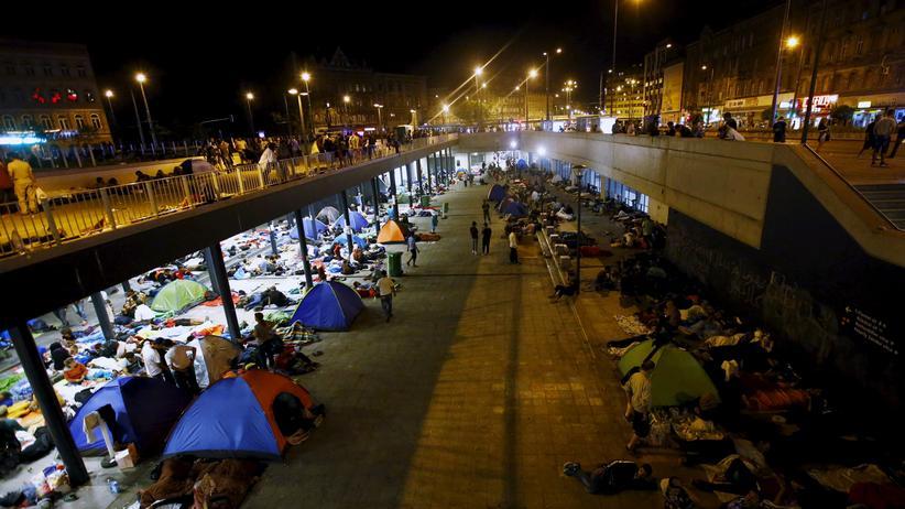 Flüchtlinge übernachten am Bahnhof von Budapest.