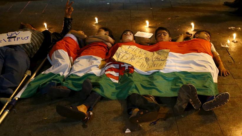 Flüchtlinge in Budapest protestieren gegen die ungarische Regierung.