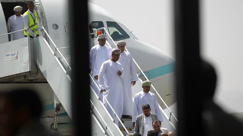 Jemen: Regierungsbeamte des Oman verlassen ein Flugzeug in der jemenitischen Hauptstadt Sanaa. Zusammen mit den freigelassenen Geiseln flog eine Delegation der Huthi-Rebellen zurück nach Oman.