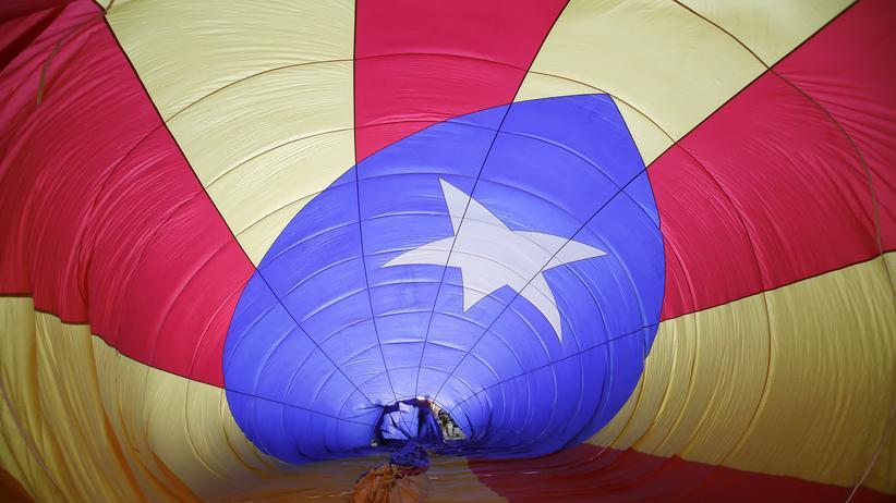 Katalonien: Auf dem europäischen Ballonfestival in Igualada in der Provinz Barcelona wird ein Heißluftballon in den Farben der Estelada, der katalanischen Flagge, für die Fahrt vorbereitet.