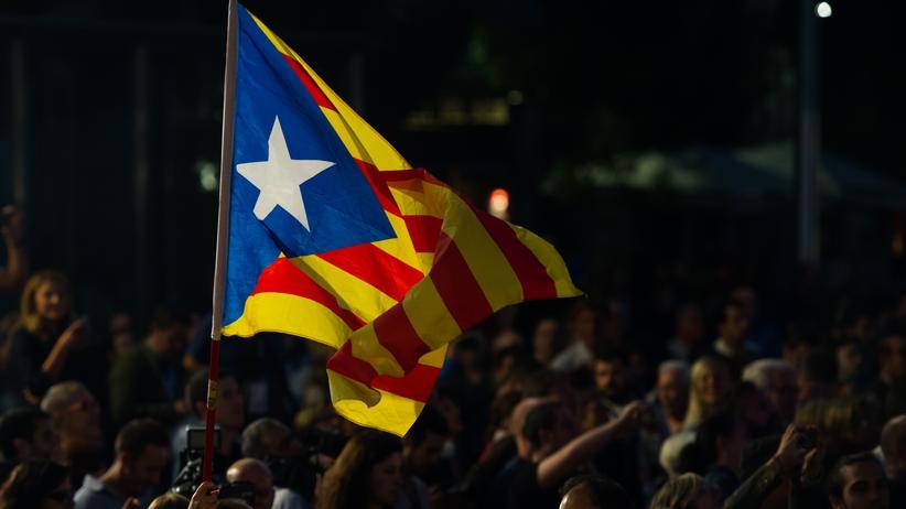 Katalonien-Wahl: Menschen in Barcelona, nachdem der Fernsehsender TV3 erste Prognosen veröffentlicht hat