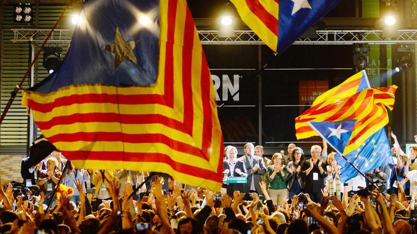 Katalonien: Regionalpräsident Artur Mas lässt sich für das Wahlergebnis feiern.