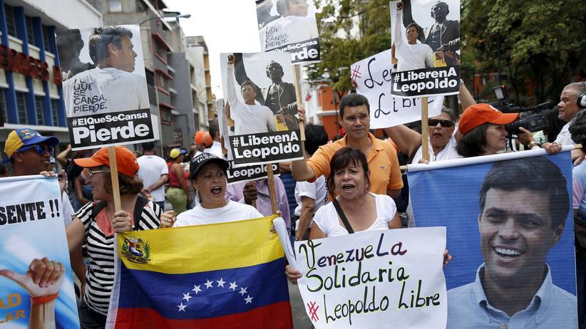 Vor dem Gerichtsgebäude protestieren die Anhänger des Oppositionsführers Leopoldo López.
