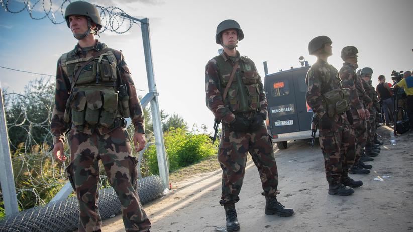 Osteuropa: Ungarische Soldaten am Grenzzaun zu Serbien