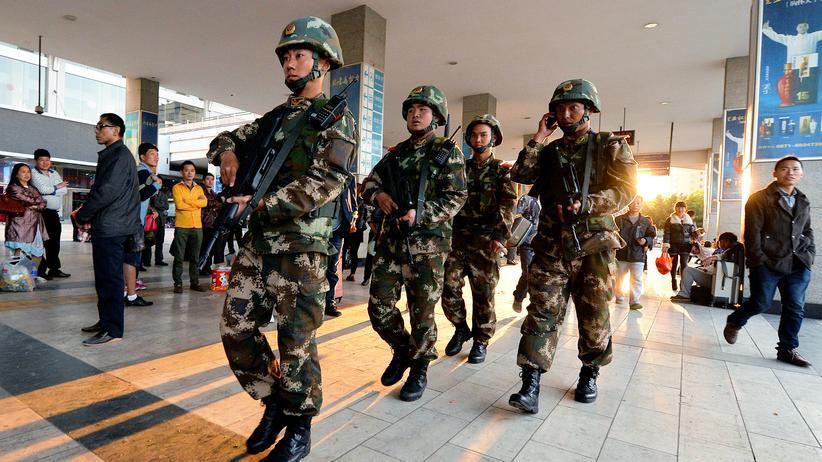 Uiguren: Chinesische Sicherheitskräfte nach einer Messerattacke am Bahnhof der Stadt Kunming