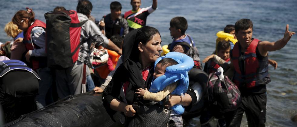 Flüchtlinge erreichen die griechische Insel Lesbos im Mittelmeer.