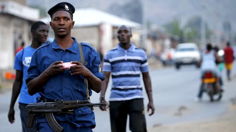 Polizist mit Sturmgewehr patrouilliert durch die Straßen von Burundi