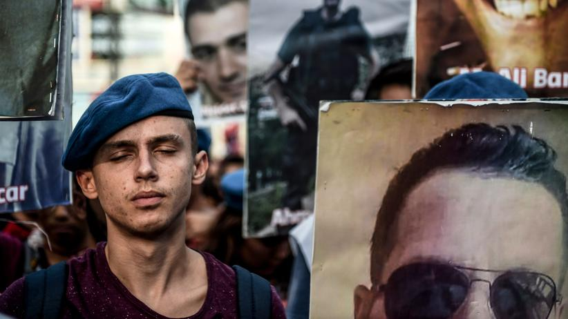 Irak: In Istanbul demonstrierten Menschen, teilweise in den Uniformen der staatlichen Sicherheitskräfte, gegen die von der PKK verübte Gewalt.