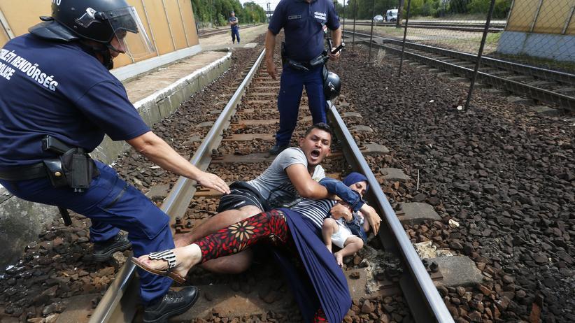 Ungarn: Flüchtlinge wehren sich im Bahnhof von Bicske dagegen, abgeführt zu werden