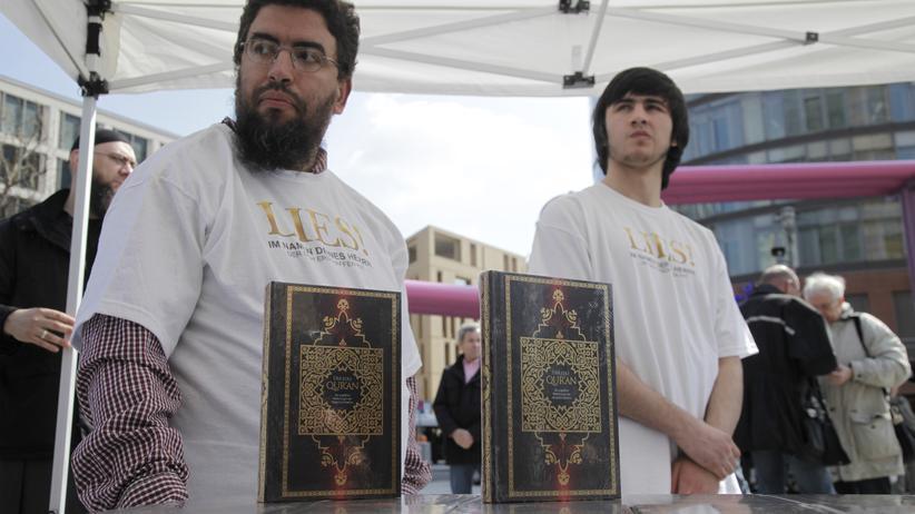 Der Verfassungsschutz warnt vor Salafisten an Bahnhöfen und Unterkünften.