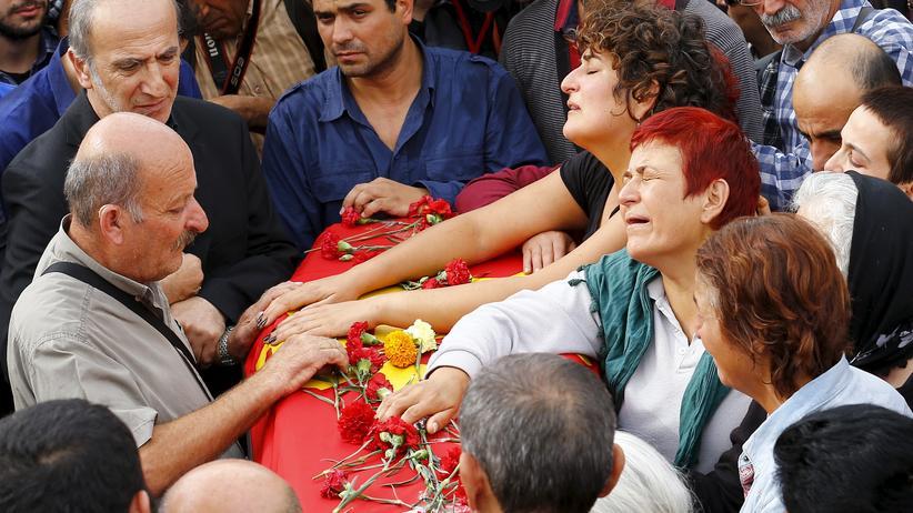 Ankara: Angehörige trauern um ein Opfer der Anschläge von Ankara.