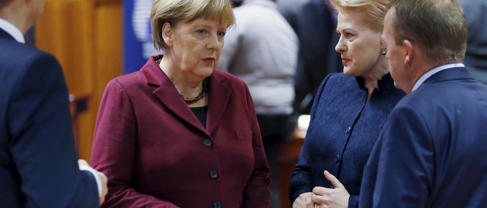 Bundeskanzlerin Angela Merkel spricht auf dem EU Gipfel mit Litauens Präsidentin Dalia Grybauskaite und Dänemarks Regierungschef Lars Lokke Rasmussen.