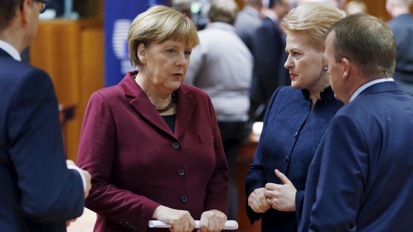 EU-Gipfel: Bundeskanzlerin Angela Merkel spricht auf dem EU-Gipfel mit Litauens Präsidentin Dalia Grybauskaitė und Dänemarks Regierungschef Lars Løkke Rasmussen.
