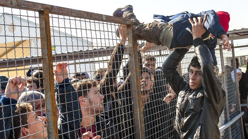 Flüchtlingskrise: Flüchtlinge an der Grenze von Mazedonien bereiten sich auf das Einsteigen in einen Zug nach Serbien vor.