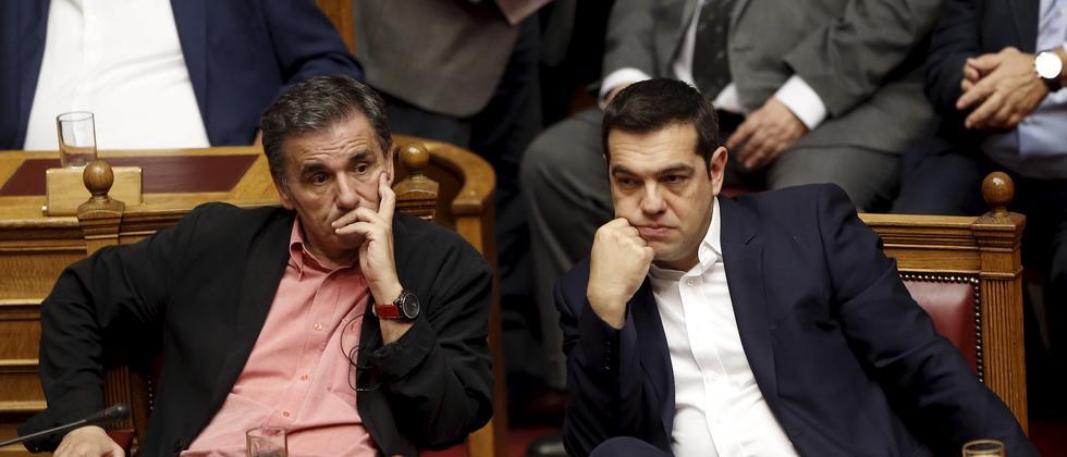 Der griechische Regierungschef Alexis Tsipras (rechts) und Finanzminister Euklides Tsakalotos während der Sitzung