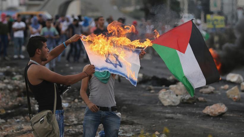 Israel: Ein Palästinenser verbrennt eine israelische Flagge