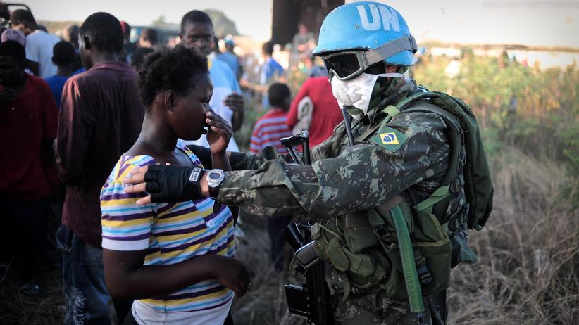 Ein Blauhelm-Soldat mit einer Frau in Haiti
