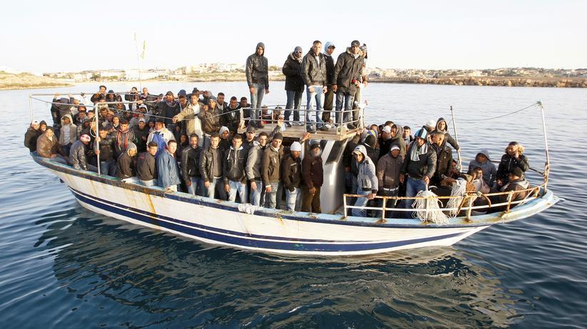 Flüchtlingsgipfel: Ein Boot mit afrikanischen Flüchtlingen erreicht die Küste von Lampedusa