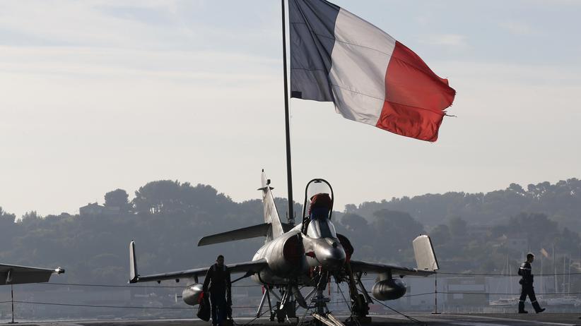 """Luftangriffe: Französischer Bomber auf dem Flugzeugträger """"Charles de Gaulle"""""""